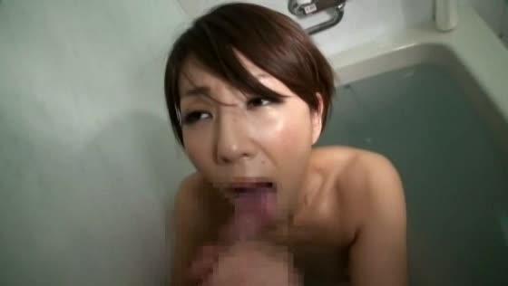 一緒にお風呂に入った息子に勃起ペニスを差し出され困り顔しながらもフェラ抜きする美人妻…